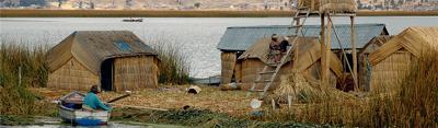 Isla flotante de los Uros Uros en el Lago Titicaca (Perú)